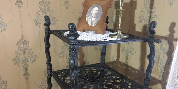 «Как старинная мебель вернулась на то же место…»